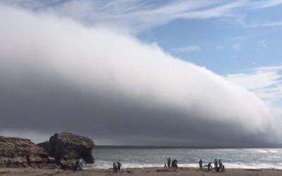 калифорнийский пляж накрыло огромное туманное облако